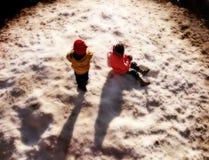 Miúdos em um parque nevado Fotos de Stock Royalty Free