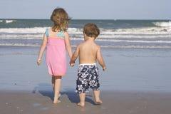 Miúdos em uma praia Fotos de Stock Royalty Free