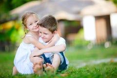 Miúdos felizes adoráveis foto de stock