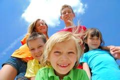 Miúdos felizes com fundo do céu Imagens de Stock Royalty Free