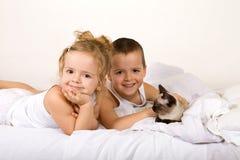 Miúdos felizes com seu gatinho imagem de stock