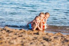 Miúdos felizes na praia Foto de Stock