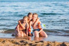 Miúdos felizes na praia Imagens de Stock Royalty Free