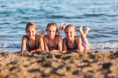 Miúdos felizes na praia Fotos de Stock
