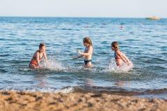 Miúdos felizes na praia Foto de Stock Royalty Free