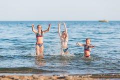 Miúdos felizes na praia Fotografia de Stock
