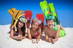 Miúdos felizes na praia Imagem de Stock
