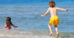 Miúdos felizes no mar Fotos de Stock Royalty Free
