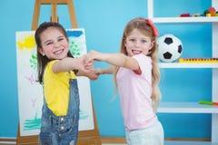 Miúdos felizes que prendem as mãos Imagens de Stock