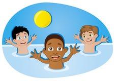 miúdos felizes que têm o divertimento com a esfera na piscina Foto de Stock