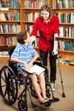 Miúdos incapacitados na biblioteca imagem de stock