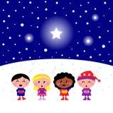 Miúdos multiculturais bonitos que cantam o sinal do Natal Fotografia de Stock