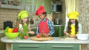 Miúdos na cozinha video estoque