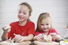 Miúdos na cozinha Tenha o divertimento desenvolvimento de uma criança , a família junto imagens de stock