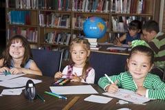 Miúdos na escola Foto de Stock