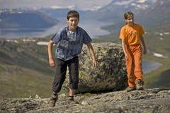 Miúdos na maneira acima do monte Imagem de Stock Royalty Free