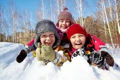 Miúdos na neve fotos de stock