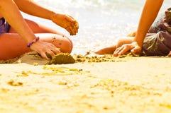 Miúdos na praia Imagem de Stock