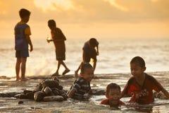 Miúdos na praia foto de stock