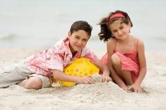 Miúdos na praia Foto de Stock Royalty Free