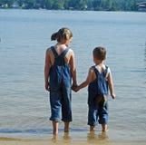 Miúdos na praia Fotografia de Stock