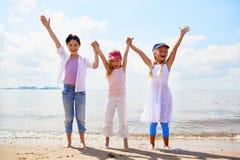 Miúdos na praia fotografia de stock royalty free