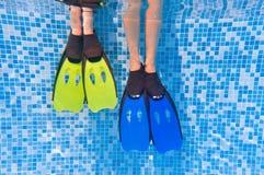 Miúdos no fundo da piscina Imagem de Stock Royalty Free