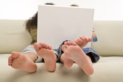 Miúdos no Internet imagem de stock
