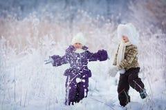 Miúdos no inverno Imagens de Stock Royalty Free