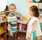 Miúdos no jardim de infância Fotografia de Stock