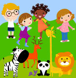 Miúdos no jardim zoológico Fotos de Stock Royalty Free