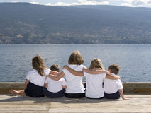 Miúdos no lago fotos de stock