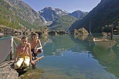 Miúdos no lago em Noruega Foto de Stock Royalty Free