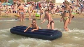 Miúdos no mar vídeos de arquivo