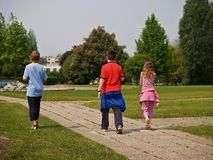 Miúdos no parque fotografia de stock