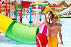 Miúdos no parque da água do recurso imagem de stock royalty free