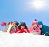 Miúdos no parque do inverno Imagens de Stock