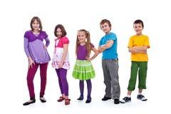 Miúdos ocasionais em uma fileira Foto de Stock Royalty Free