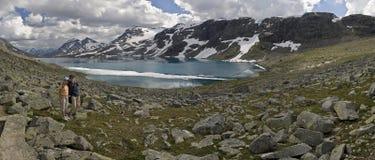 Miúdos pelo lago com floes na superfície, Noruega Fotos de Stock
