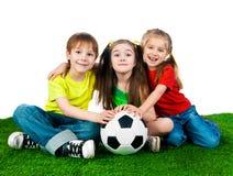 Miúdos pequenos com esfera de futebol fotos de stock