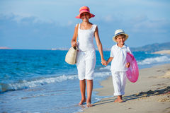 Miúdos que andam na praia Imagem de Stock