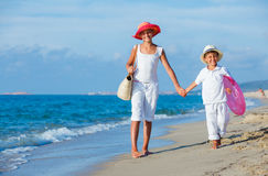 Miúdos que andam na praia Fotos de Stock