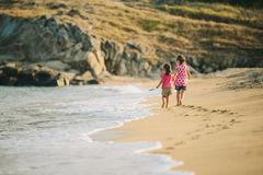 Miúdos que andam na praia Imagens de Stock