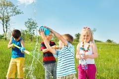 Miúdos que apreciam o tempo da água Imagens de Stock