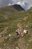 Miúdos que caminham nas montanhas, Noruega Fotografia de Stock