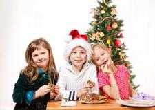 Miúdos que comem bolinhos fotografia de stock royalty free