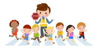 Miúdos que cruzam a rua Foto de Stock