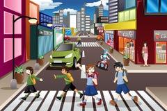 Miúdos que cruzam a rua Imagem de Stock Royalty Free