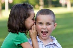 Miúdos que dizem segredos Fotografia de Stock