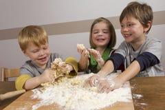 Miúdos que fazem a massa de pão Imagens de Stock
